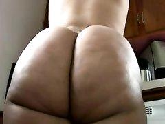 Толстая арабка с огромной попой в любительском видео расхаживает дома голой