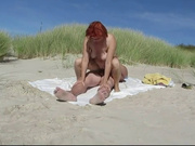 Рыжая зрелая развратница с другом отправилась на пляж для любительского секса