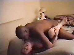 Белая зрелая дама в домашнем видео перед скрытой камерой трахается с негром