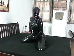 Парочка в чёрном латексе в любительском видео развлекается со страпоном