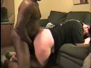 Белая зрелая толстуха в домашнем видео сосёт огромный чёрный член и встаёт в позу