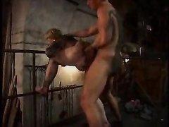 Толстая зрелая блондинка перед любительским сексом лижет попу студента