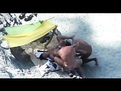 Пляжный любительский секс втроём зрелой туристки с двумя незнакомцами