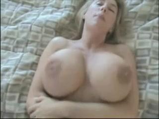 Зрелая блондинка с огромными сиськами в домашнем видео трахается для буккакэ