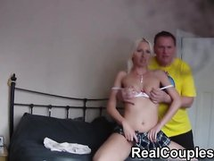 Зрелый чувак снял молодую блондинку с маленькими сиськами и снял на видео