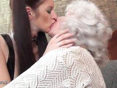 Красивая студентка в групповом лесбийском видео ласкается со зрелыми любовницами