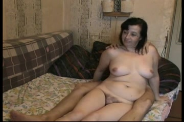 Секс русской домохозяйки брюнетки и сантехника