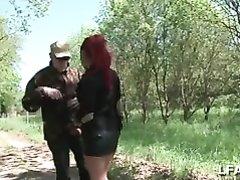 Рыжая француженка в лесу предложила двум мужикам секс втроём без обязательств