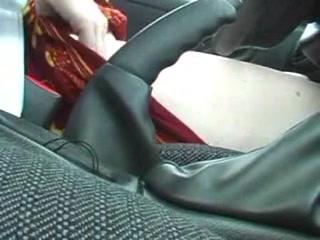 Фигуристая авто леди в видео крупным планом занята любительской мастурбацией