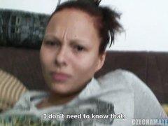 Чешская красотка в домашнем видео жадно отсосала большой член и запила сперму