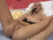Длинноногая блондинка с бритой киской шалит с секс игрушкой и делает фут фетиш