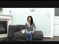 Стройная итальянка на порно кастинге заводит напарника домашним минетом