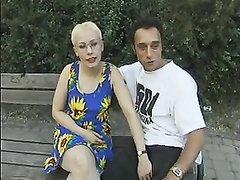 В немецком анальном видео зрелая блондинка в парке трахается в попу с незнакомцем