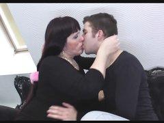 Рыжая зрелая толстуха перед анальным сексом просит молодого любовника лизать киску