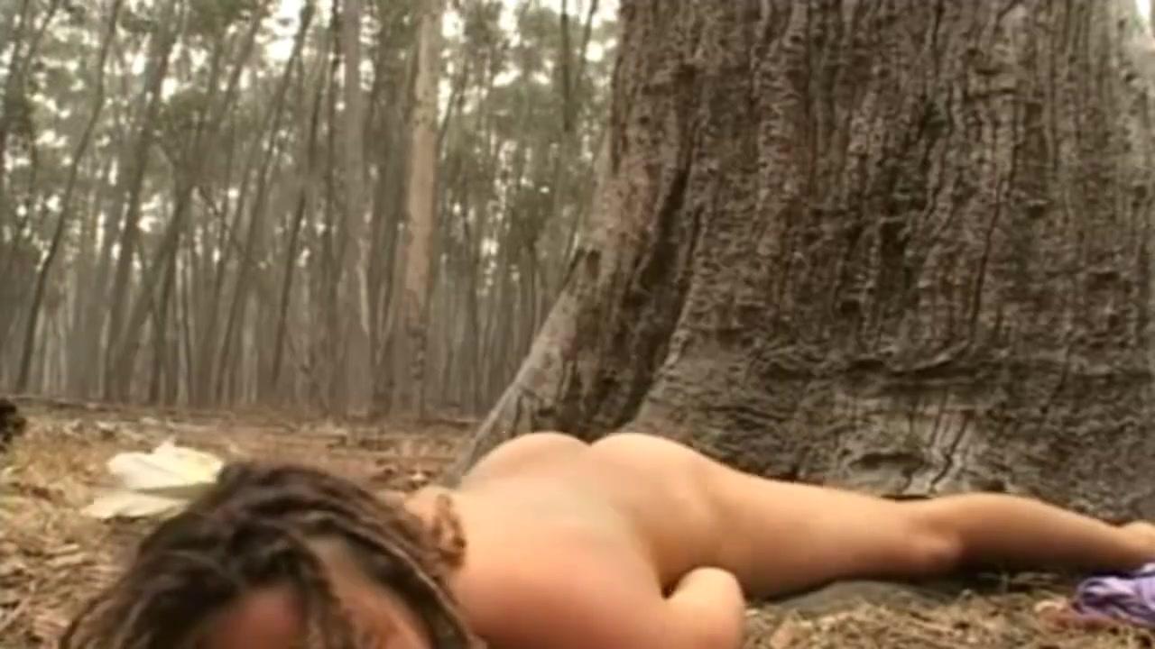 Ухоженная красотка в любительском видео в лесу мастурбирует волосатую киску