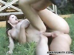Чувак предложил молодой соседке любительский секс во дворе и кончил внутрь