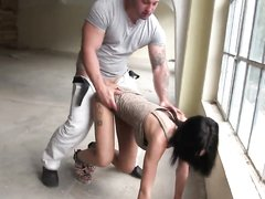 Мускулистый парень в анальном видео кончил внутрь гламурной домохозяйки