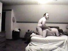 Перед скрытой камерой толстяк и зрелая любовница наслаждаются сексом