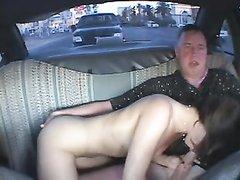 Страстная развратница в очках радует зрелого хахаля домашним сексом в машине
