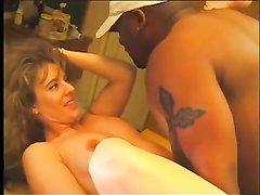Накаченный негр и белая зрелая красотка на кухне встретились для домашнего секса