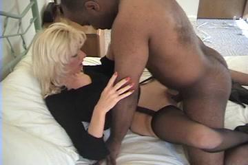 Негр пришёл к белой даме для домашнего секса и трахнул зрелую блондинку