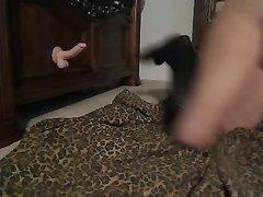 Экстравагантная зрелая леди в домашнем видео трахается с фаллосом в постели