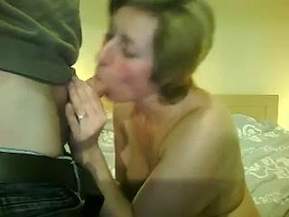 Зрелая домохозяйка сняла нижнее бельё для орального секса перед вебкамерой