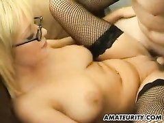 Очкастая зрелая блондинка в чулках для домашнего встретилась с любителем куни