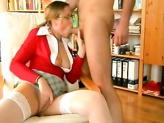 Молодая очкастая супруга готова к домашнему анальному сексу с минетом