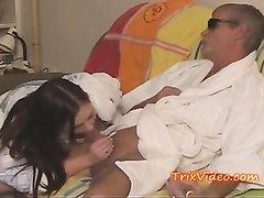 К молодой паре присоединился зрелый сосед для любительского секса втроём