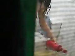 В домашнем видео подглядывают по скрытой камере за молодой азиаткой в ванной
