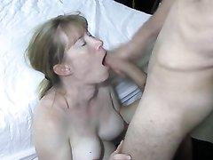 Студент с большим кривым членом в домашнем видео жёстко трахает в рот зрелую даму