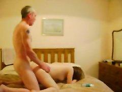 Зрелый начальник перед скрытой камерой в домашнем видео трахает молодую секретаршу