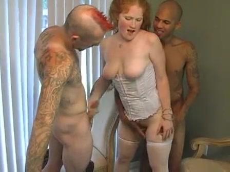 Рыжая зрелая домохозяйка для секса втроём вызвала негра и панка с татуировками