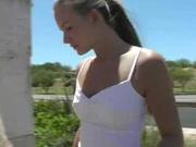 Шикарная молодая модель в уличном видео дрочит киску на улице пальцами и вибратором