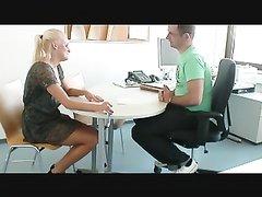 Немецкая блондинка на кухне перед домашним сексом с буккакэ делает минет мужу