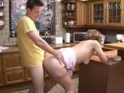 Зрелая домохозяйка в чулках для секса на кухне пригласила молодого соседа