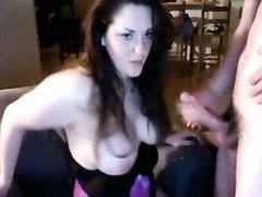 Чувак перед вебкамерой онлайн после домашней мастурбации кончает на большие сиськи