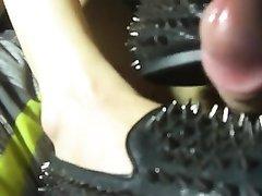 Любительский фут фетиш и женское доминирование в видео с мастурбацией члена ногами