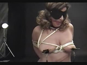 Пышная зрелая француженка в чулках в домашнем видео с БДСМ берёт в рот член