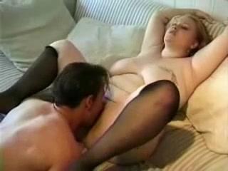 Молодая толстуха в чулках поклонница любительского секса с куни и минетом