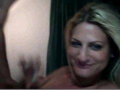 Перед вебкамерой зрелая блондинка строчит домашний минет с окончанием в рот