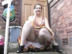 Подглядывание под юбку сексуальной толстухи сидящей с раздвинутыми ногами
