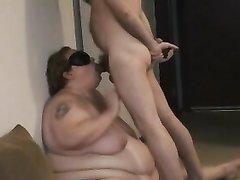 Скромная зрелая толстуха на видео со скрытой камерой делает любительский минет