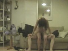 Перед скрытой камерой зрелая леди с большими сиськами балдеет от домашнего секса