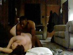 Белая толстуха напротив вебкамеры наслаждается домашним сексом с негром