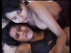 Любительский секс втроём с двумя фигуристыми индийскими смуглянками