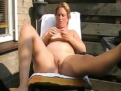 На отдыхе в любительском видео зрелая дама наслаждается мастурбацией киски