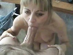 Любительница домашнего секса тщательно отсасывает член партнёра в постели
