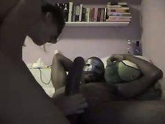 Белая домохозяйка в маске в анальном видео оседлала чёрный член попкой